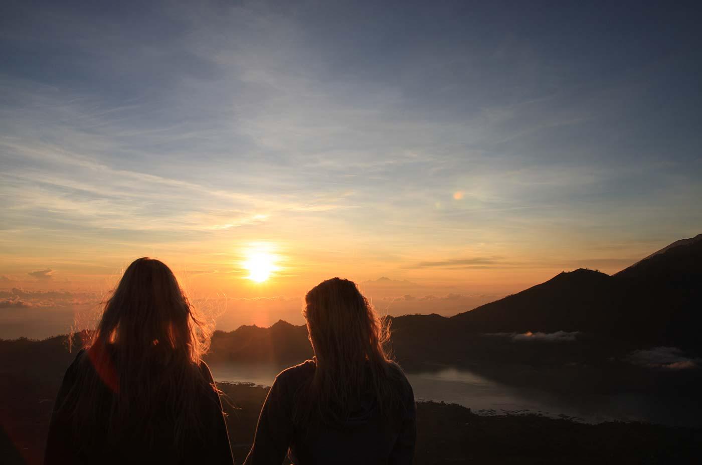 Kremkau Raumbegrünung - Nachhaltigkeit: Menschen beim Sonnenuntergang